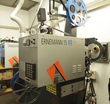 Analoger 35 Millimeter Filmprojektor der Marke Ernemann